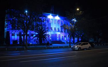 Zgrada predsjednika osvjetljena plavom bojom