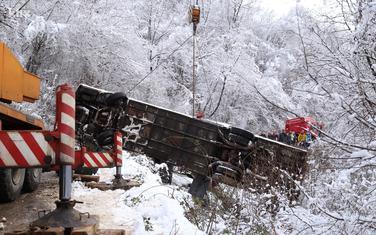 Izvlačenje autobusa iz provalije nakon nesreće