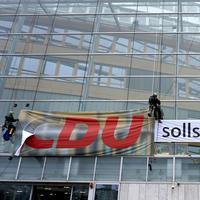 Aktivisti na ulazu u sjedište CDU
