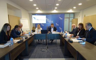 Mićunović (lijevo) sa saradnicima na sjednici Savjeta Agencije