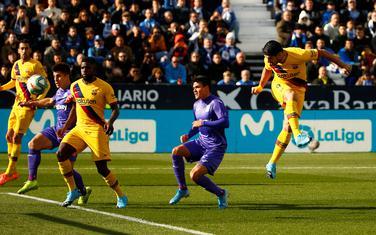 Suares postiže gol za Barsu