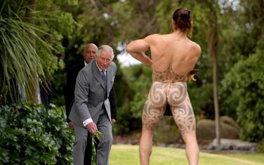 Maorski ratnik dočekuje princa Čarlsa