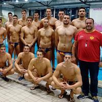 Mlada vaterpolo reprezentacija s trenerima Uskokovićem i Aleksandrom Aleksićem