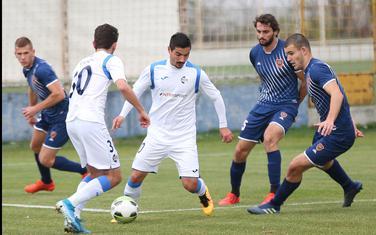 Ćetković i Vučić (Sutjeska), okruženi fudbalerima Zete