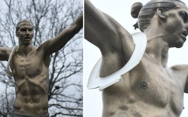 """""""Ukras"""" na statui"""