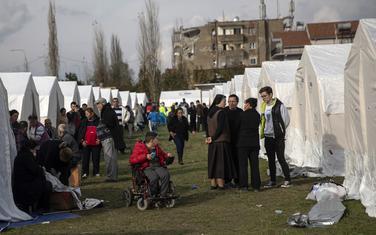 Mještani u šatorima na gradskom stadionu