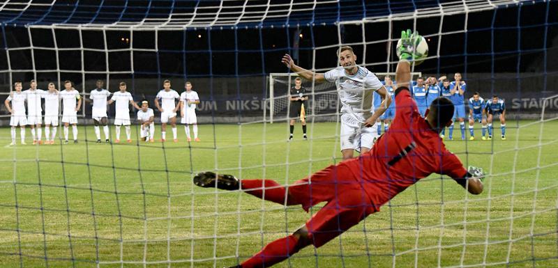Vladan Giljen brani penal na meču sa Slovanom