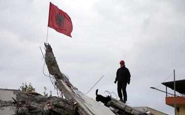 Hrvatski spasilac pretražuje ruševine zgrade u Draču