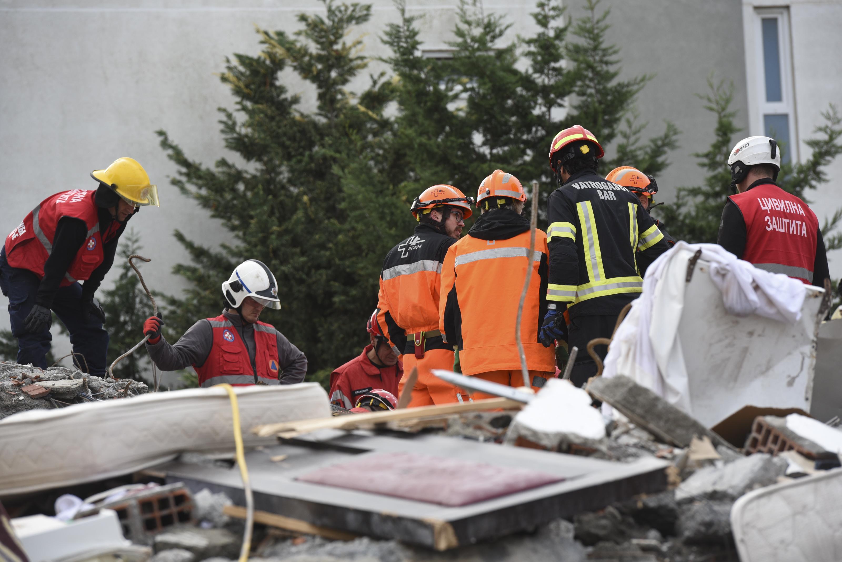 Spasioci iz Crne Gore na ruševini u Albaniji