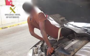 Migrant je bio sakriven između instrument table i motora