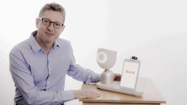 Suosnivač Intuišn Robotiksa Dor Skuler sa društvenim kućnim robotom po imenu ElliQ
