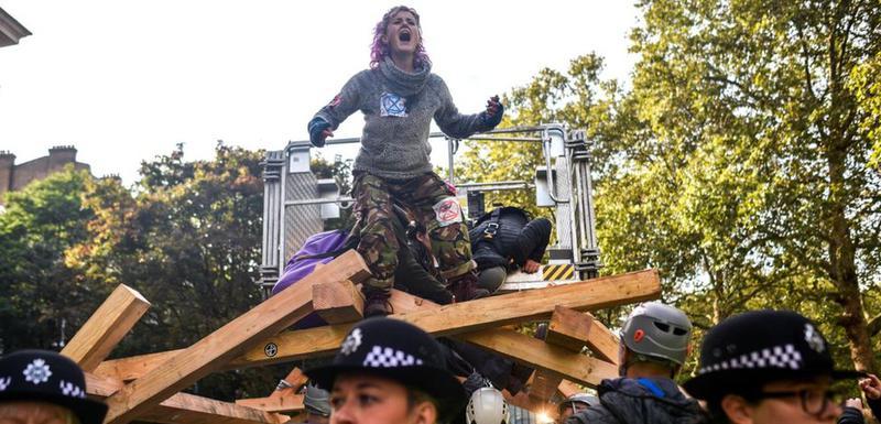 Više stotina članova grupe Pobuna protiv izumiranja je uhapšeno.