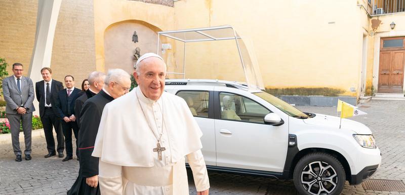Papa Franjo ispred svog novog vozila