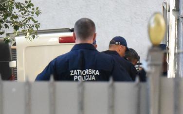 Policija dovodi jednog od osumnjičenih na suđenje (arhiva)