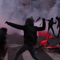 Izgrednici su tokom protesta demolirali autobusku stanicu i lomili izloge