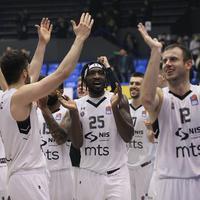 Košarkaši Partizana pozdravljaju navijače po završetku utakmice