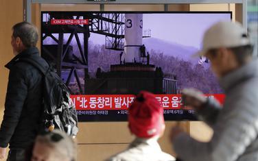 """Ljudi u Južnoj Koreji gledaju saopštenje o """"veoma važnoj probi"""" Sjeverne Koreje"""