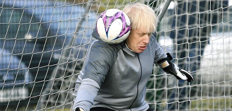 Džonson na golu uoči meča koji treba da odigrajz fudbalski klubovi koji čine djevojčice