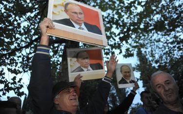 Sa protesta DF-a ispred Skupštine-