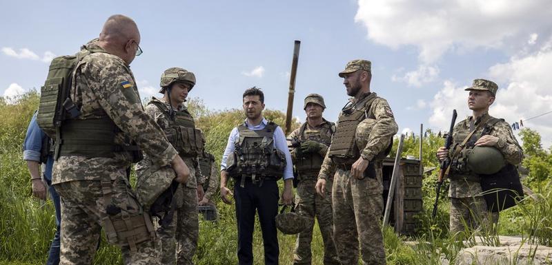 Zelenski sa ukrajinskim vojnicima na istoku zemlje