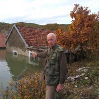 Milorad Nikolić ispred poplavljene kuće