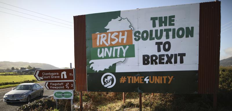 """""""Irsko jedinstvo - rješenje za Bregzit"""": Bilbord na na starom putu Belfast-Dablin u blizini granice između Sjeverne Irske i Republike Irske"""