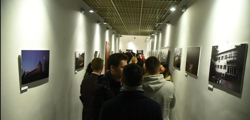 """Sa izložbe """"Iza sedam logora"""" Hrvoja Polana"""