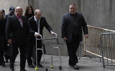 Vajnstin je koristio šetalicu da uđe u sudnicu.