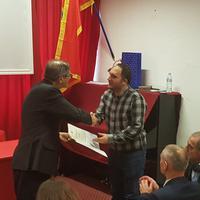 Ambasador Luka Zelioli uručuje diplome