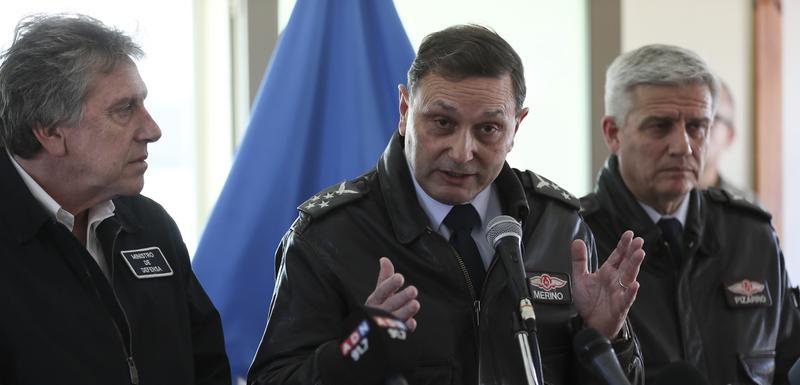 Arturo Merino, komandant čileanskog vazduhoplovstva govori na konferenciji za medije