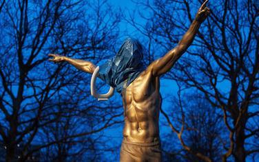 Preko statue Zlatana Ibrahimovića navučena je plastična kesa