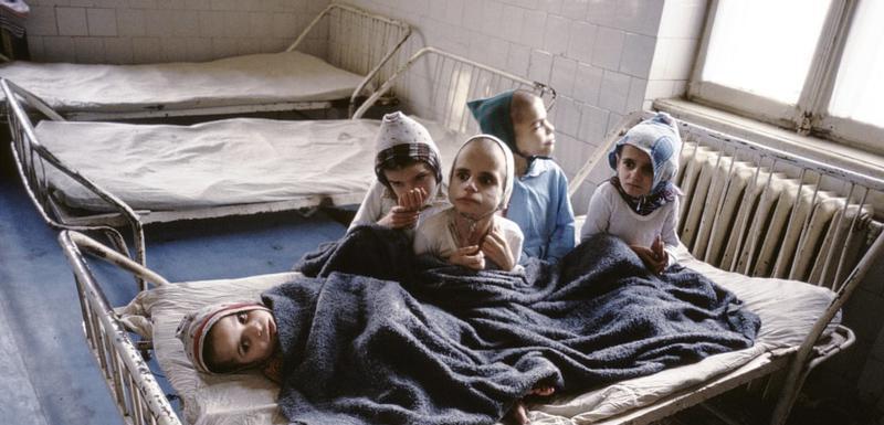 Čaušesku je zahtijevao od žena da rode najmanje petoro djece, usljed čega je u državnim sirotištima bilo 150 000 djece od kojih su mnoga bila zaražena HIV-om.