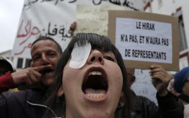 Demonstranti su na kasnijim protestima nosili povez na oku u znak solidarnosti prema povrijeđenima