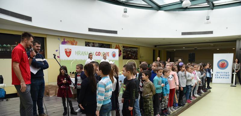 Stefan Mugoša sa dječacima i djevojčicama na današnjoj manifestaciji