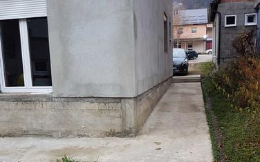 Sporni prolaz kod zgrade u Petnjici