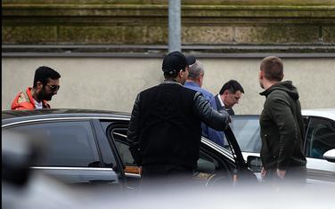 Vidoje Stanišić (lijevo), Gile Stanišić (leđima okrenut) prate Kašćelana nakon izlaska iz CB