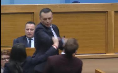 Trenutak kada Lukač udara Stanivukovića