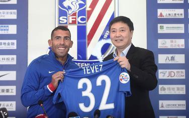 Karlos Teves na potpisivanju ugovora sa Šangajem