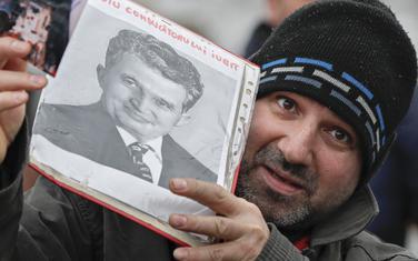 Komunistički nostalgičari okupili su se danas na grobu Čaušeskua u Bukureštu