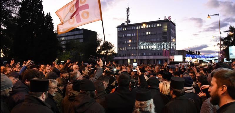 Građani okupljeni na mostu Blaža Jovanovića