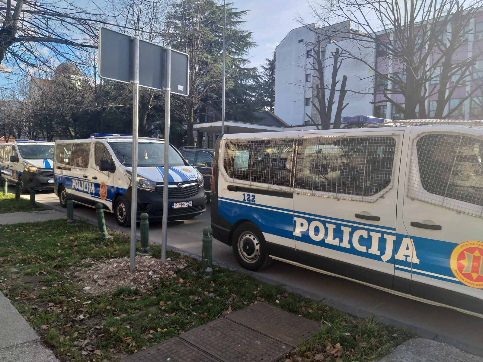 Policijska vozila preko puta EPCG