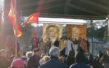 Vjernici CPC okupljeni ispred dvorca kralja Nikole