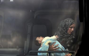 Sirijska izbjeglica sa djetetom nakon spasavanja sa broda
