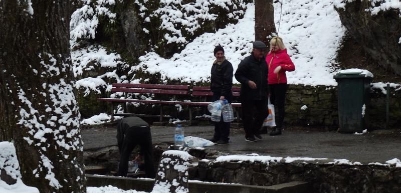 Voda često nije za piće, pa građani idu na izvor