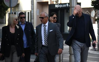 Okrivljeni i advokat Lutovac ispred Višeg suda (arhiva)