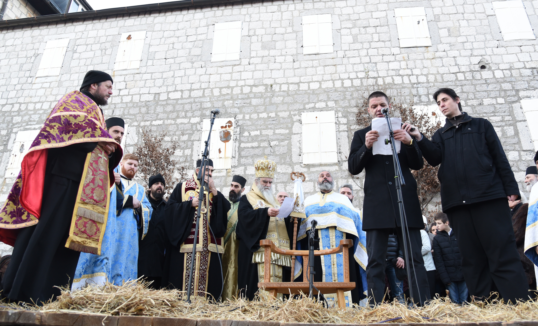 Nalaganje badnjak ispred Cetinjskog manastira