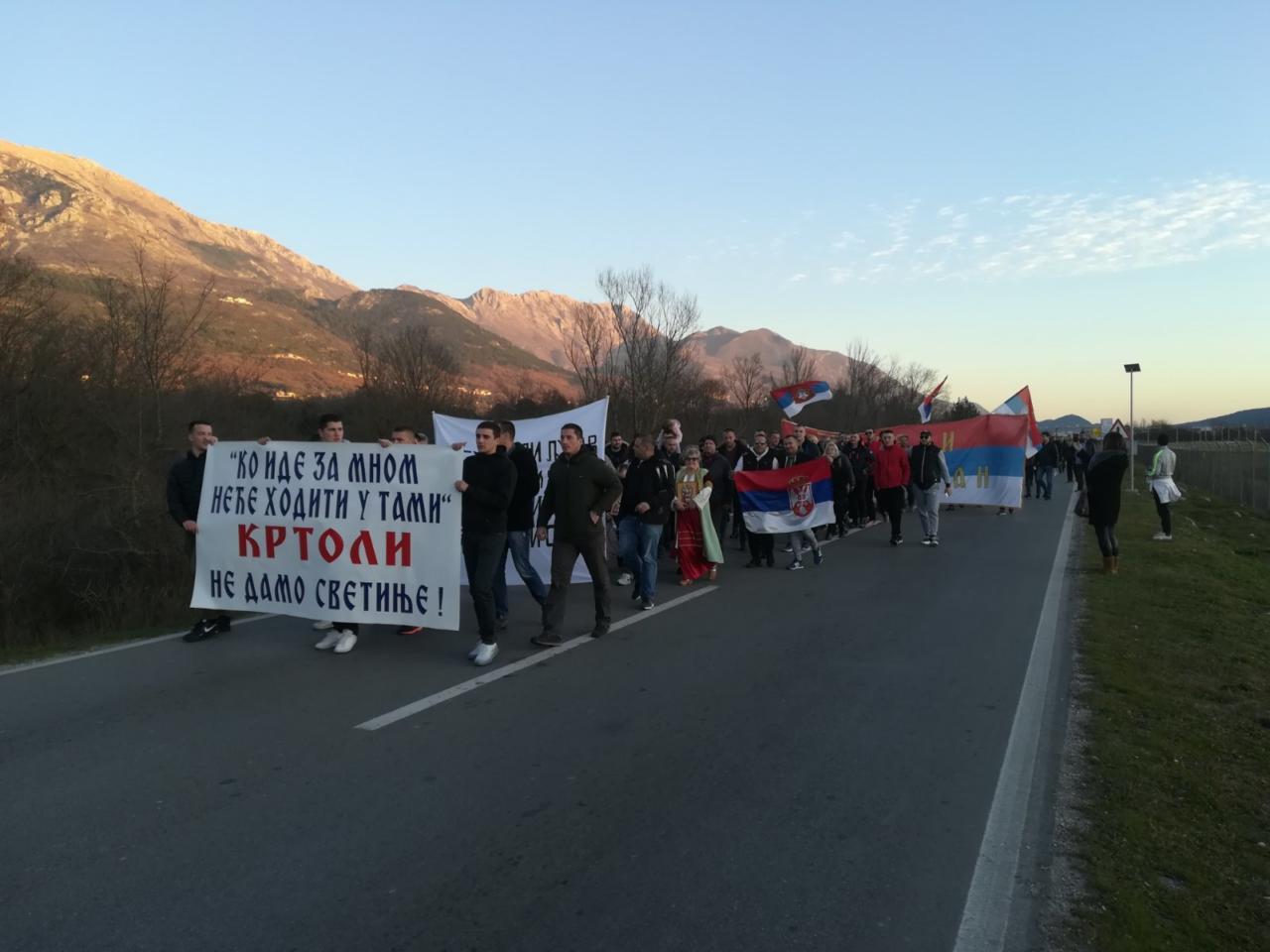 Vjernici na raskrsnici Tivat-Kotor-Budva