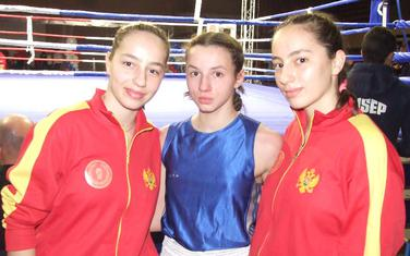 Bojana Gojković (u sredini) sa sestrama Radenović