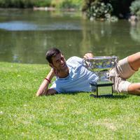 Napad na osmu titulu: Novak Đoković prošle godine pozira sa peharom
