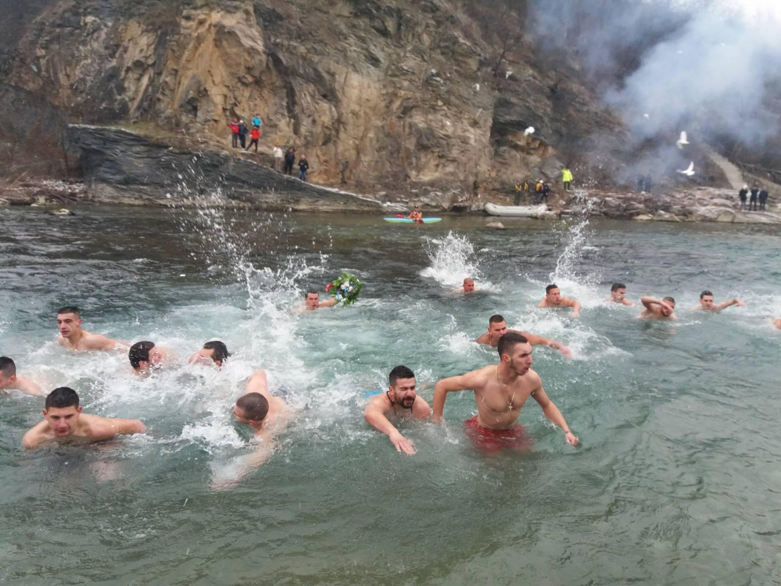 Sa plivanja za bogojavljenskim krstom na rijeci Lim